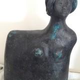 naemi-bure-patinerad-kvinnofigur-med-harknut